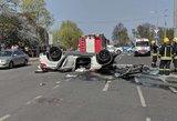 Vilniuje iš 3 aukšto iškrito BMW: vairuotoja medikų rankose