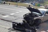 Vilniuje susidūrė automobiliai: dalys pabiro ant kelio