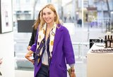 Žinomos moterys rinkosi drabužius naujoje momentinėje parduotuvėje