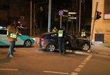Naktį Vilniuje girta BMW vairuotoja rėžėsi į šviesoforą