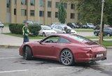 """Prie Seimo susidūrė merginų vairuojami""""Porsche"""" ir """"Mercedes"""""""