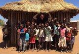 Kas skatina skurde gyvenančius Mozambiko našlaičius nevogti, būti gerais žmonėmis ir rūpintis broliukais bei sesutėmis?