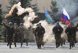 """Vladimiras Putinas """"už parodytą drąsą"""" apdovanojo oficialiai nekariaujančias Rusijos desantininkų brigadas"""