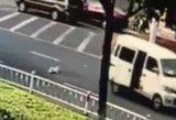 Iš važiuojančio furgono iškrito kūdikis: tėvai nuvažiavo