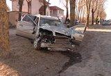 """Kraupi avarija Palangoje: """"Volvo"""" daužėsi į medžius, kol galiausiai sustojo"""