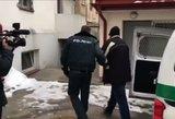 Nufilmuota: Emilis Vėlyvis pristatytas pareigūnams apklausai