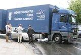 Vilniuje vilkikas vos nesutraiškė nedidelio moters automobilio