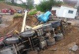 Liūties padariniai Alytuje: nugriuvo autokranas, į griovį nuslydo sunkvežimis