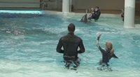 Jūrų muziejuje atsinaujino speciali delfinų terapija neurologinių ligų kamuojamiems vaikams (nuotr. stop kadras)