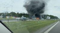 Greitkelyje – didžiulis dūmų debesis: užsiliepsnojęs BMW sudegė visiškai