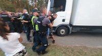 Pareigūnai jėga nustūmė žmones nuo kelio prie Rūdninkų poligono (nuotr. Broniaus Jablonsko)