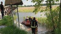 Ežere prie apvirtusios valties nežinia kiek laiko plūduriavusį ir pagalbos šaukusį vyrą gelbėtojai į krantą plukdė savo valtimi. (nuotr. Šiaurės rytai)