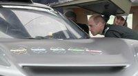 Princas Viljamas tęsia karališkuosius vizitus: išbandė ir lenktyninį automobilį (nuotr. stop kadras)
