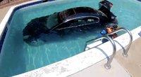 Automobilį vairavęs paauglys įvažiavo tiesiai į baseiną – sumaišė pavaras (nuotr. stop kadras)