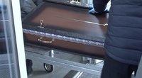 Covid-19kelia sumaištį atsisveikinant su mirusiais: laidotuvės virto konvejeriu (nuotr. stop kadras)