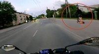 Vaizdelis Kaune vairuotoją paliko be žado: šaligatviu važiavęs paspirtukas aplenkė motociklą (nuotr. stop kadras)