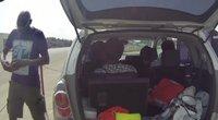 Prie Lietuvos–Lenkijos sienos – automobilis, pilnas nelegalų iš Kamerūno (nuotr. stop kadras)
