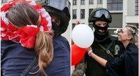 Baltarusijos karius moterys apdovanojo gėlėmis (tv3.lt fotomontažas)