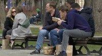 Miestiečiai pietauja ant suoliukų: verslininkai nesupranta, kodėl negali dirbti lauke (nuotr. stop kadras)