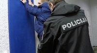 Iš užsienio grįžęs jaunuolis siautėjo miesto centre: komisariate surengė išpažintį (nuotr. stop kadras)