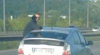 Per langą išlindęs keleivis papiktino eismo dalyvius (nuotr. stop kadras)