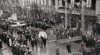 Vilniaus valstybinio V. Kapsuko (dabar Vilniaus universitetas) universiteto dėstytijai ir studentai Spalio revoliucijos demonstracijoje 1952 m. (nuotr.  Šlioma Fainas, Lietuvos centrinis valstybės archyvas)