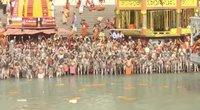 Prie Gango upės Indijoje suplūdo 1 mln. žmonių: virusas negąsdina (nuotr. stop kadras)
