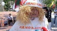 """Mitingo dalyviai lieja tulžį: apsivilko Armonaitę pašiepiančiais kostiumais """"Armonautais"""" (nuotr. stop kadras)"""
