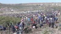Pietų Afrikos kaimelyje užvirė deimantų karštinė: bedarbiai čia įnirtingai ieško brangakmenių (nuotr. stop kadras)