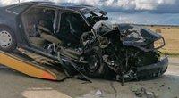 """Kraupi dviejų """"Audi"""" kaktomuša: atstumo neįvertinę jaunuoliai atsidūrė ligoninėje (nuotr. stop kadras)"""