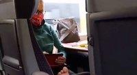 Moteris saugodamasi nuo koronaviruso dėvėjo apsauginę kaukę, bet basas kojas sėdėdama traukinyje susikėlė ant atramos rankoms per dvi eiles (nuotr. Instagram)