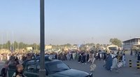 Vaizdo įraše – į Kabulo oro uostą masiškai bėgantys afganistaniečiai (nuotr. stop kadras)