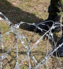 Kaip turės elgtis pareigūnas, pamatęs per tvorą lipantį migrantą? VSAT vadovas atsakė tvirtai ir aiškiai