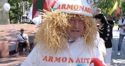 """Mitingo dalyviai lieja tulžį: apsivilko Armonaitę pašiepiančiais kostiumais """"Armonautais"""""""