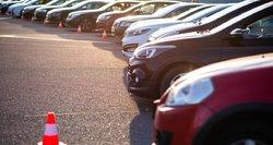 Galvojantiems apie automobilio pirkimą – nieko gero: pasirinkimas sumažėjęs, o geresnių kainų nežada