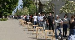 Vis daug žmonių plūsta skiepytis: nepatingėjo ankstyvą rytą atvykti į Lentvarį