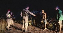 """Priemonės, kurios galimos apgręžiant migrantus į Baltarusiją: nuo """"akių kontakto"""" iki ašarinių dujų"""