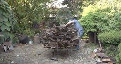 Panevėžietis iš senų kastuvų ir grėblių įprasmina metus– ruošia koronaviruso skulptūrą