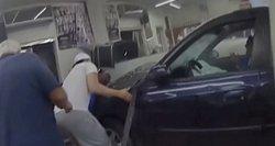Kraupi avarija JAV: apsvaigęs vairuotojas partrenkė su vaiku ėjusią motiną