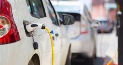 Ekspertai apie valdžios planus: kad įprastas mašinas lietuviai pakeistų elektromobiliais, būtini didesni mokesčiai