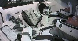 """Naujos eros pradžia: astronautai su pilotuojamu """"SpaceX"""" erdvėlaiviu grįžo į Žemę"""