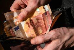 Dalį gyventojų pasieks papildomi pinigai, bet ekonomistai rėžia: buvo ir geresnių būdų