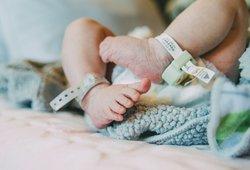 Medikų poelgis šokiravo visuomenę: naujagimei pašalino gimdą