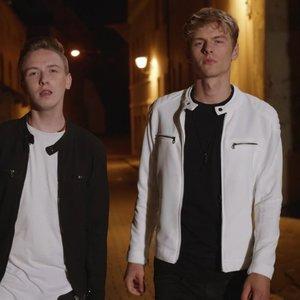 """""""X faktoriuje"""" išgarsėję Titas ir Benas pristato pirmąją dainą ir vaizdo klipą: padėjo ypatingas žmogus"""