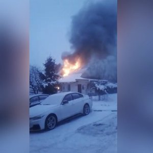 Liepsnos Vilniuje akimirksiu prarijo gyvenamąjį namą: gyventojus apie gaisrą perspėjo kaimynai