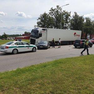 """BMW vairuotoja sostinėje sukėlė avariją, išlipusi tepasakė: """"Oi, išpyliau kavą"""""""
