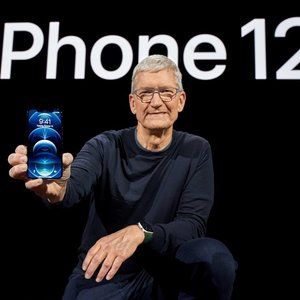 """""""Apple"""" pristatė """"iPhone 12"""": įvardijo, kiek kainuos išmanieji"""