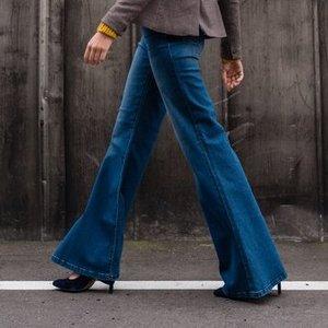 Iš platėjančių džinsų juoktis neverta: stilistė atskleidė, kodėl jie tinka absoliučiai visoms