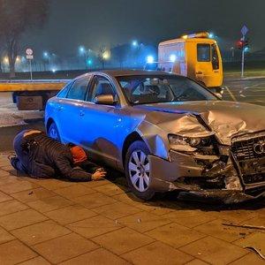"""Vilniuje sudaužyti du automobiliai: elektromobilis nepraleido """"Audi"""""""