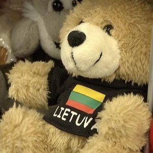 Vasario 16-osios proga lietuviai šluoja atributiką: nuo didžiulių trispalvių iki pakabukų
